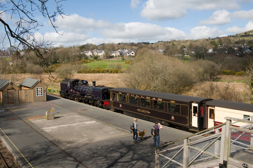 NGG16%2084%20and%20Pullman%20carriage%20Glaslyn%20at%20Waunfawr